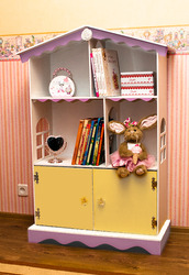 Домик для кукол и полка для книг.